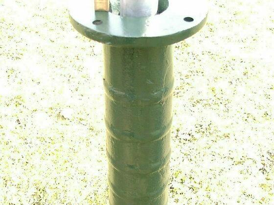 Pumpenständer über das Rohr vom Rammbrunnen stecken und anzeichnen