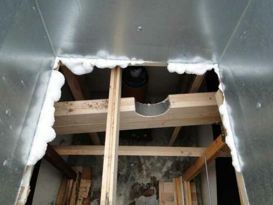 Innenleben des IBC-Containers. Die Abstützungen sind unbedingt notwendig, da sich der Kunststoff durch den Betondruck sofort massiv eindrücken würde und die Brunnenstube währe futsch