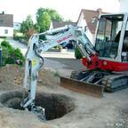 Bild Nr4 Der erste Brunnenring wird eingelassen
