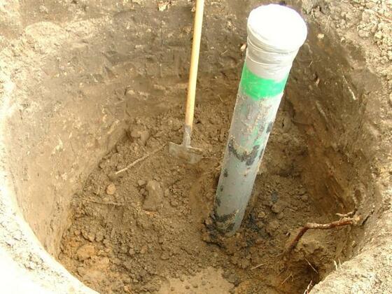 Bild Nr2 Ausgrabung für die Brunnenstube ( im Hintergrund der handbetriebener Bagger ! )