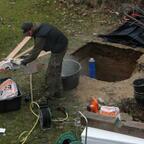 nachdem die Grube 2m tief ausgehoben war kam das Fundament rein