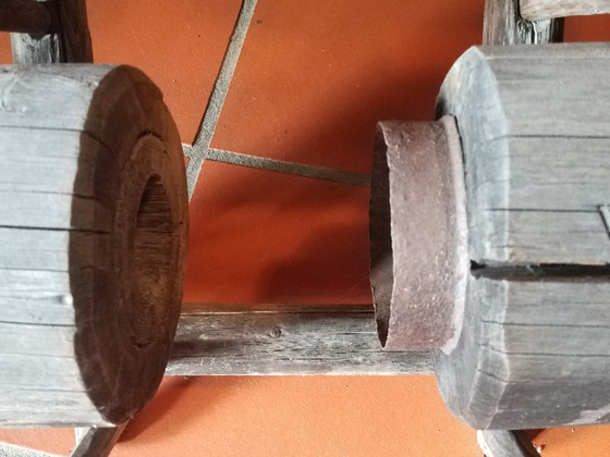 Metallverbindung Steigleitung alter Brunnen Holz Rohr