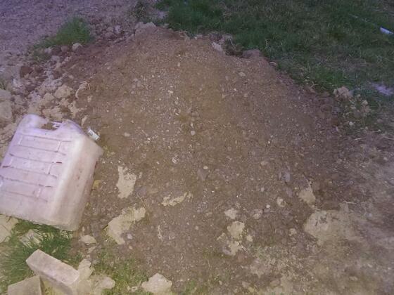 Das ist der gute Haufen. Mutterboden der erste Meter. Ging sehr schnell innerhalb einer halben Stunde war ich 1m drin im Boden.